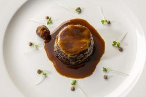 Parfait de rabo de buey Bourguignon en farcellet de patata asada Rosevalt
